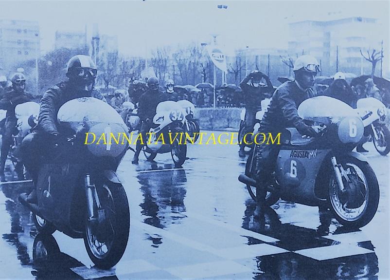 Il Circuito di Riccione, Riccione era il 04 aprile del 1971 con da sinistra col numero 1 Giacomo Agostini e Angelo Bergamonti col 6, la Classe 350 Cc sotto una pioggia molto insistente.