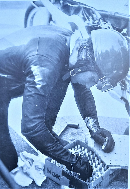 Il Circuito di Riccione, Billi Ivy mentre cercava le migliori candele da montare sulla sua moto, sia piloti che meccanici molto spesso.