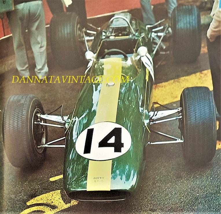 Si correva, Una Lotus con il nuovo motore, un FORD in sostituzione dell'abituale BRM che aveva sempre impiegato negli anni e gare precedenti - Jim Clark vinse con lei i GP di d'Olanda, Gran Bretagna, Stati Uniti, Messico ma non riuscendo a vincere il Campionato Mondiale, vinto invece da Denis Hulme pilota neozelandese che grazie ai tanti piazzamenti vi riuscì.