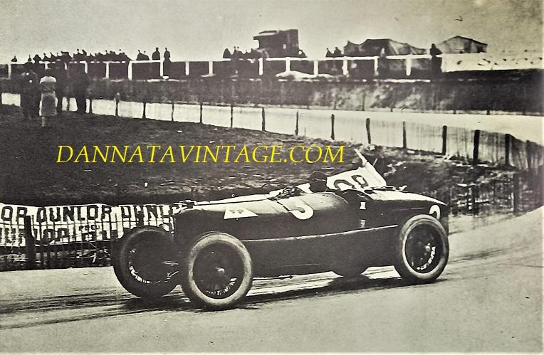 Si correva, La pista quella di Spa Francorchamps (GP d'Europa) nel 1925, l'auto una Alfa Romeo P2 con un team di piloti del calibro di Ascari e Campari.