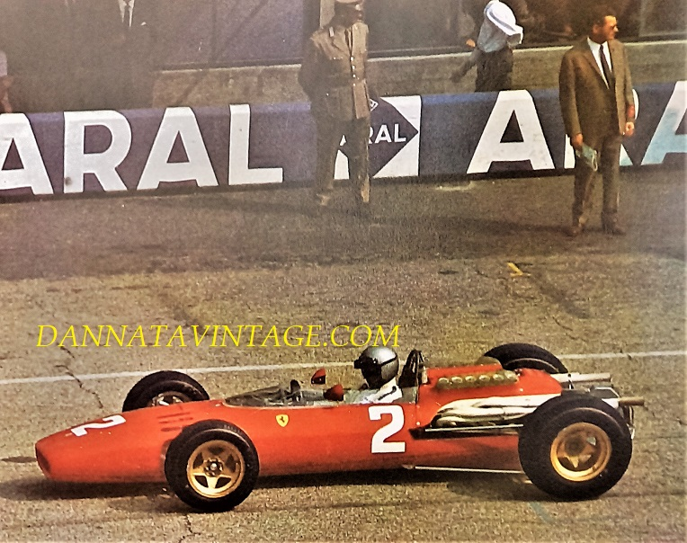 Si correva, Gran Premio d'Italia del 1966, il pilota Lorenzo Bandini sulla Ferrari 12 cilindri 3000 Cc., fu il primo anno che permisero di correre con simili cilindrate, era la Formula 1 tre litri.