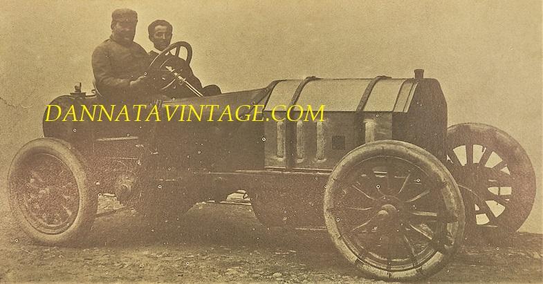 Si correva, Vincenzo Lancia sulla Fiat 100 HP, un esemplare da corsa del 1905 con quattro cilindri, 16.286 Cc, 100 i cavalli di potenza - Con lui il fidatissimo meccanico personale Pietro Bordino.