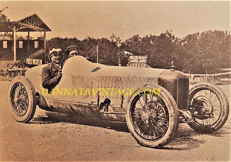 Si correva, Una Alfa Romeo P 1 con alla guida Antonio Ascari poco prima della partenza del Gran Premio d'Europa del 1923 - disegnata da Jano Vittorio e dotata di un motore sei cilindri due litri e compressore, 118 i cavalli a 5.000 giri minuto.