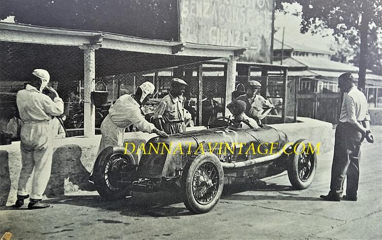 Si correva, 1930 Gran Premio di Monza con una splendida Maserati otto cilindri con a destra Achille Varzi mentre osserva quell'auto che da lui condotta vincerà la gara pochi giorni di li a poco.
