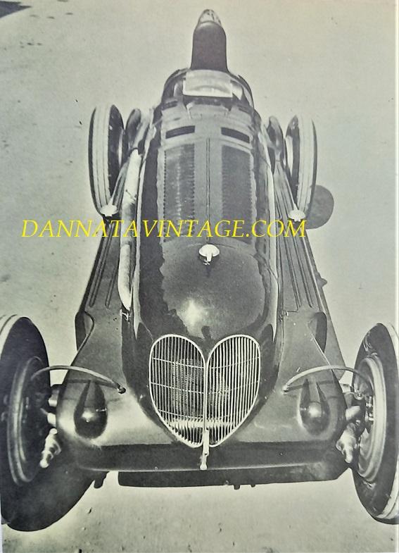 Si correva, Alfa Romeo BIMOTORE del 1935, la stessa auto che condotta dal mitico Tazio Nuvolari raggiunse la sbalorditiva velocità massima di 338 km/h, dotata di due otto cilindri con una cilindrata totale di 6.330 Cc, la potenza di 540 cavalli ed un peso totale di 1030 chilogrammi.