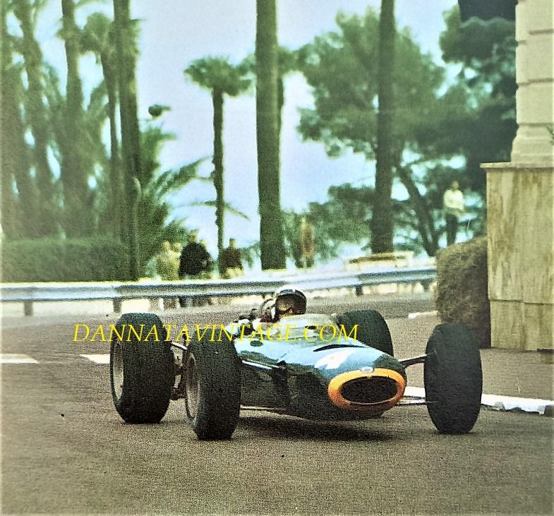 Si correva, 1965 un anno molto importante per il grandissimo Jackie Steward, quello che lo lanciò definitivamente e qui alla guida di una BRM durante il GP di Monaco.