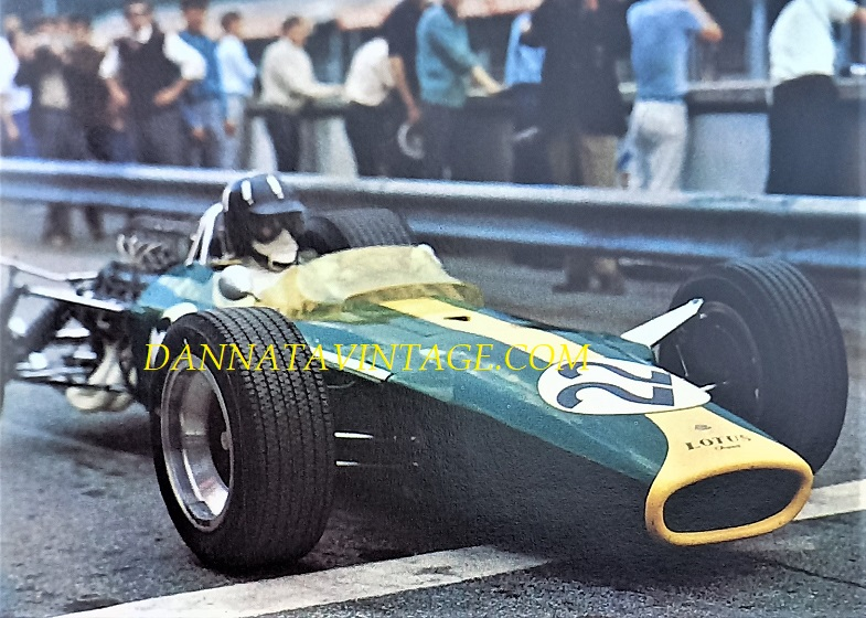 Si correva, una delle gare divenuta fra le più famose per una serie di eventi, era il 1967 e il GP quello d'Italia con una Graham Hill molto sfortunato visto che mentre era al comando fu costretto al ritiro per guai meccanici, Jim Clark suo compagno di squadra sulla Lotus Ford dopo una sontuosa rimonta ed essere arrivato al vertice della gara si vide superato da Brabham e Surtees per una panne.