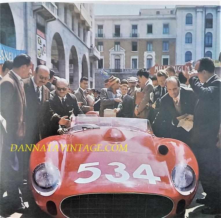 Si correva, il luogo Piazza Vittoria della mia amatissima Brescia durante le operazioni di controllo sulle auto poco prima di partire per la Mille Miglia del 1957, qui la Ferrari guidata da Peter Collins - fu l'ultima Mille Miglia interrotta per un certo numero di anni dopo un tale numero di incidenti dal costringere gli organizzatori a sospenderla.
