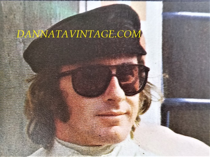 Si correva, Jackie Stewart (Dumbarton, 11 giugno 1939), pilota scozzese che con una Matra Ford vinse un mondiale nel 1969, seguito da altri due con la Tyrrell nel '71 e '73.